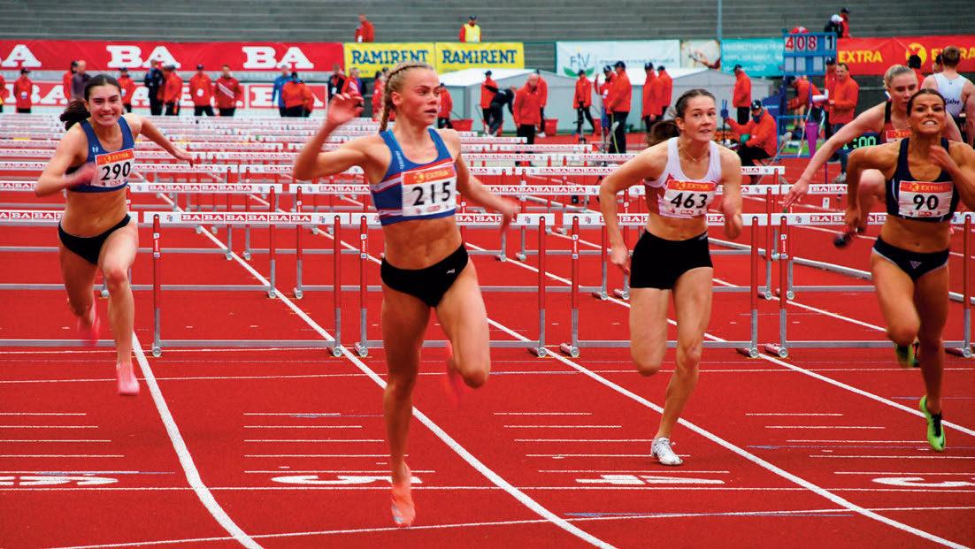 ROOTH SEIER: Favorittseier til årets klare ener på 100 meter hekk, Andrea Rooth, med klar margin til toeren Ingrid Pernille Rismark (som tok tre NM-medaljer) og Marlen Aakre (helt til høyre). 18-årige Andrea tok dessuten sølv på 400 meter hekk senere på NM-søndagen.