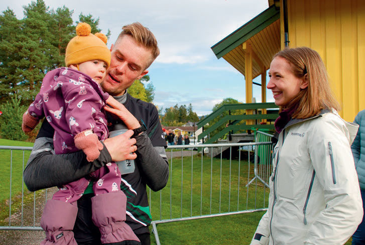 FAMILIEKJÆR: Kona Astrid og ikke minst datteren Ellie, som kom til verden i februar, har vært gode å ha for Filip Mangen Ingebrigtsen i den tunge tiden på ettersommeren. Etter NM-triumfen i Skien var det pur glede.