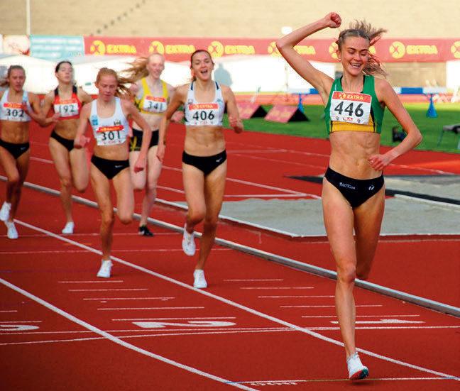 FAVORITTSEIER: Amalie Sæten løp smilende over mål da hennes første NM-tittel for senior var et faktum. Ull/Kisa-jenta er klar norgesener på 1500 meter i år, og tok en favorittseier da hun henviste de tre siste årenes vinner Sigrid Jervell Våg til sølvplassen.