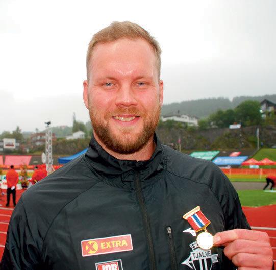 DOBBELT GULL: Eivind Henriksen satte sitt preg på NMs åpningsdag. Først tok han sitt 11. strake NM-gull i slegge, og tangerte antallet til legendariske Sverre Strandli. Deretter ble han tildelt friidrettens høyeste utmerkelse for sportslig innsats; Gullmedaljen.