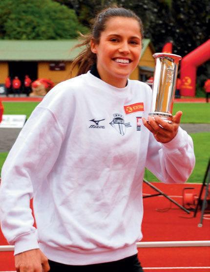 KONGEPOKAL: Amalie Iuel fikk årets kongepokal for kvinner for sitt vinnerresultat 55,63 på langhekken. Smilende og fornøyd etter utdelingen pilte hun av gårde for å løpe 1000 meter stafett, der hun sikret Tjalve gullet med en gnistrende ankeretappe.