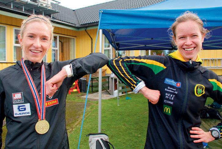 GAMLE KJENTE: Karoline Bjerkeli Grøvdal (til venstre) og Silje Fjørtoft har kjent hverandre siden de startet med friidrett på kretsplan i Møre og Romsdal på 1990-tallet. I terreng-NM fi kk Karo hyggelig selskap på pallen av Silje, som løp inn til bronseplass.