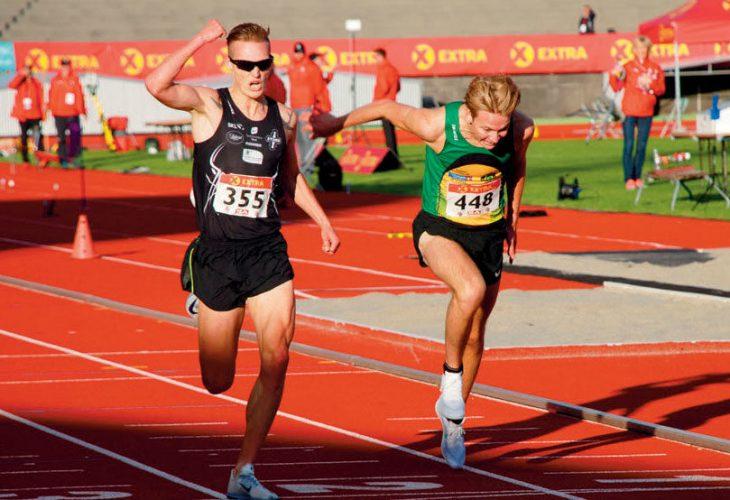 HINDERDUELL: I Tom Erling Kårbøs skadefravær forsvarte lillebror Harald familiens ære på 3000 meter hinder. Men først på målstreken avgjorde han duellen mot Fredrik Sandvik, som hadde ledet hele løpet – og det til dels stort, med fem hundredelers margin.