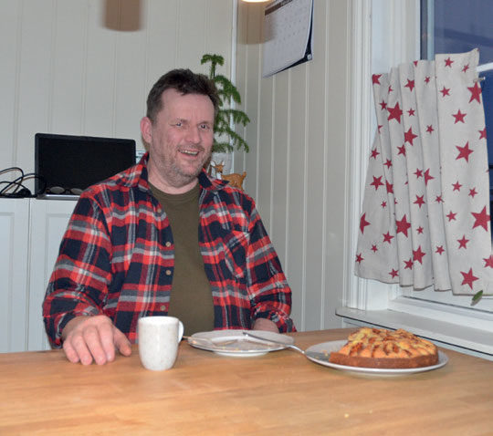 PÅ HJEMMEBANE: Redaktøren ble bydd på eplekake, kaffe og ein god prat hjemme hos Frank med familie.
