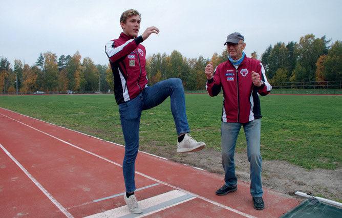 SER MULIGHETENE: Det å være friidrettsutøver i denne tiden er jo ikke det letteste, men jeg tenker heller å se de mulighetene vi har fremfor de begrensingene vi får , sier Henrik Flåtnes. Her sammen med trener Odd Berg. FOTO: JON WIIK