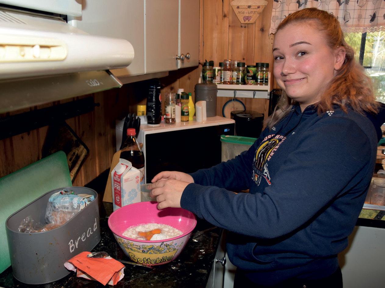 GLAD I MATLAGING: Her lager Ruth-Margrethe lapper hjemme på kjøkkenet.