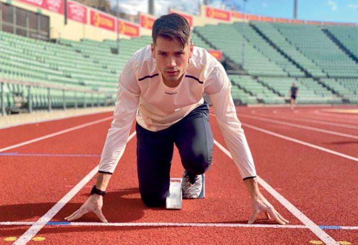 !FRA STARTPOSISJON TIL KONTORPLASS: Vladimir teller ned tiden som fullsatsende friidrettsutøver. –Jeg er glad for at jeg har prioritert skole ved siden satsingen, så når jeg legger piggskoene på hylla venter det en mer normal arbeidsdag, forteller han.
