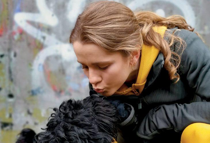 ETTERLENGTET INNSATSPREMIE: – Pappa lovte meg at jeg skulle få bli hundeeier hvis jeg vant 200 meteren under NM på Askøy i 2016, forteller Helene. Chubby og den raske jenta ble en super kombinasjon, helt fra første dag. FOTO: TORE SHETELIG