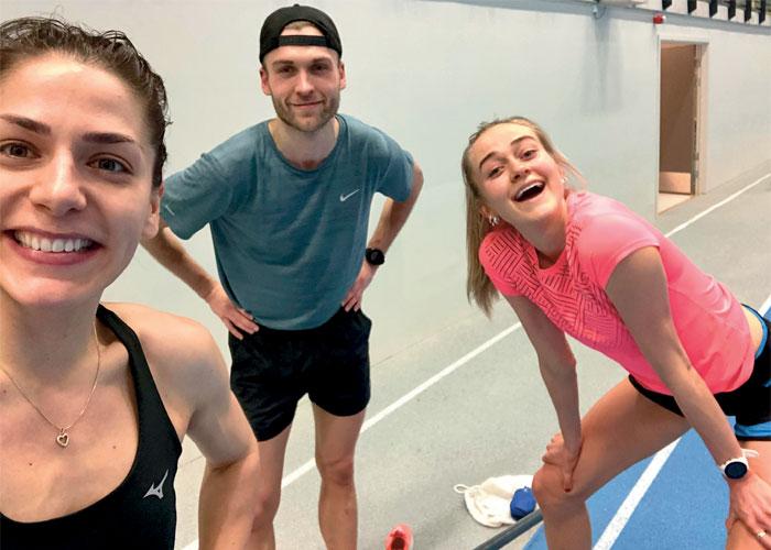 $PÅ TRENING: I løpet av en uke legge Trine tilbake 10 til 12 treningsøkter. Her med Mathias og Amalie Sæten. FOTO: PRIVAT