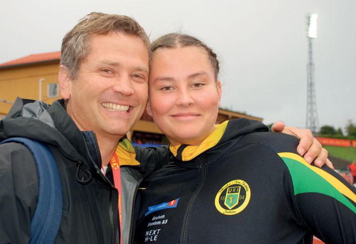 DYNAMITT-DUO: Pappa og trener Martin Hjeltnes var raskt frampå med en godklem da datteren hadde sikret seg den sensasjonelle NM-medaljen på Fana stadion.